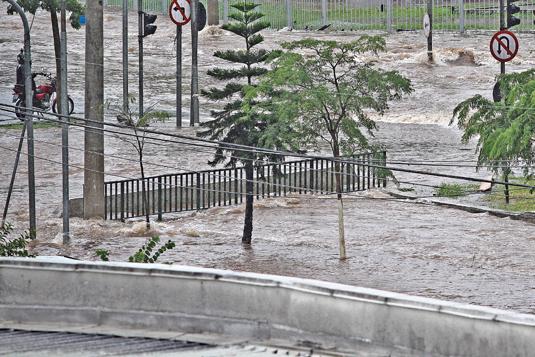 Avenida Abraão de Moraes fica completamente alagada após chuva