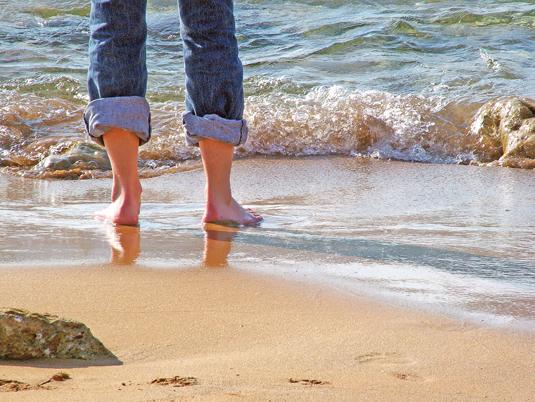 Manter pés bonitos e saudáveis no verão é um desafio: exposição pode acarretar machucados ou calosidades. Mas há também riscos de micoses e frieiras...