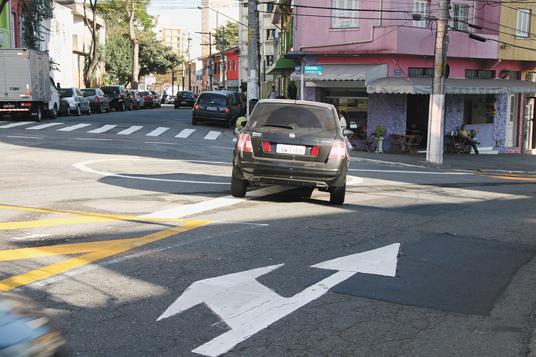 Em Mirandópolis  , a sinalização recém implantada pela CET ainda gera dúvidas nos motoristas que circulam pela região - não se vêem agentes orientando no bairro.