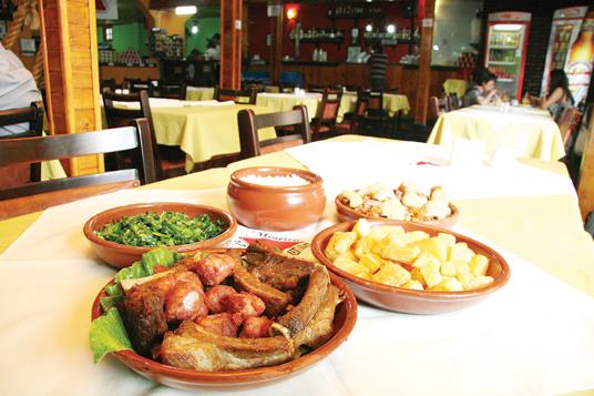 Happy hour em restaurante mineiro tem petiscos saborosos e cachaça para acompanhar bate-papos