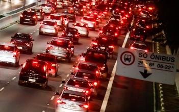 São Paulo- SP, 21/05/2014- Trânsito lento e carregado, na avenida 23 de maio, no sentido aeroporto, por volta das 18:00 hs de hoje. Por conta da greve de motoristas e cobradores, a prefeitura suspendeu o rodízio de veículos e liberou o tráfego nos corredores exclusivos para ônibus.