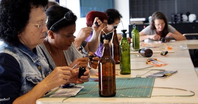 Na Vila Mariana, aprenda a fazer luminárias com garrafas e a praticar agricutura urbana