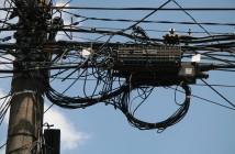 Pelas ruas da Vila Mariana, cabeamento de internet, telefonia e energia elétrica trazem transtornos e comprometem estética