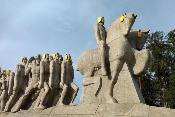 Protetores auriculares foram colocados no Monumento às Bandeiras para alertar a população sobre a importância de evitar a poluição sonora. Foto: Inad/Unifesp