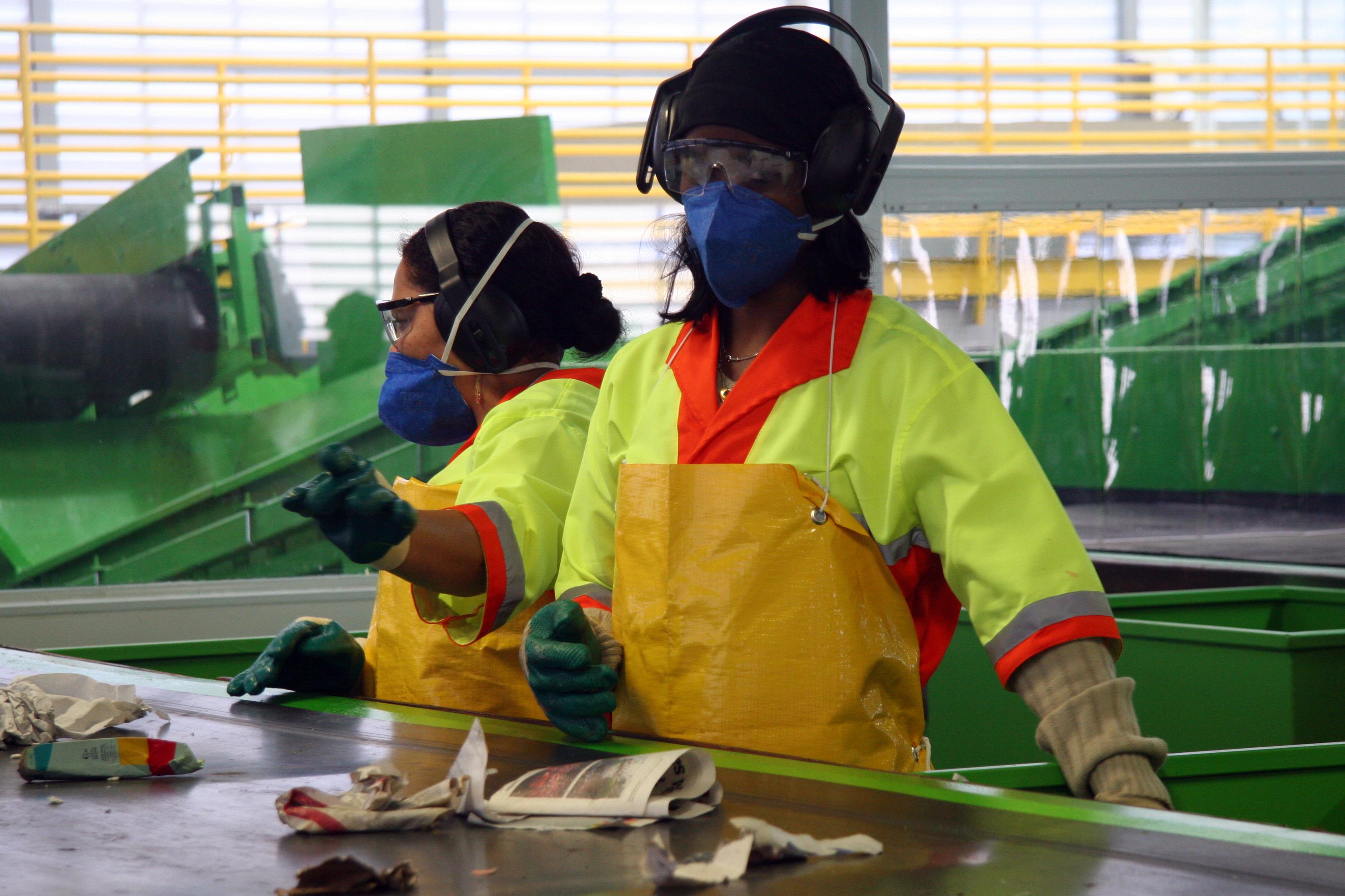 """Na CENTRAL MECANIZADA DE TRIAGEM """"Carolina Maria de Jesus"""" , materiais são separados por máquinas e também manualmente"""