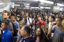 FALHA-METRÔ-JABAQUARA - Movimentação intensa de passageiros na estação Jabaquara, Linha 1-Azul do Metrô, na Zona Sul de São Paulo (SP), na manhã desta terça-feira (24), após falha no sistema de energia dos trens. Operação PAESE foi acionada. (Foto: Danilo Fernandes/Futura Press/Folhapress)