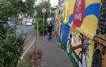 Rua na Vila Mariana é trajeto de estudantes universitários para o metrô