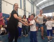 Mães dançaram pupurri de músicas dos últimos 60 anos acompanhadas dos filhos e seguindo coreografia do professor Sorriso