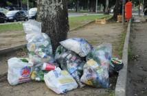 Lixo se acumula em praça no Largo da Glória durante o quarto dia de greve dos garis da Companhia Municipal de Limpeza Urbana do município do Rio (Comlurb) (Fernando Frazão/Agência Brasil)
