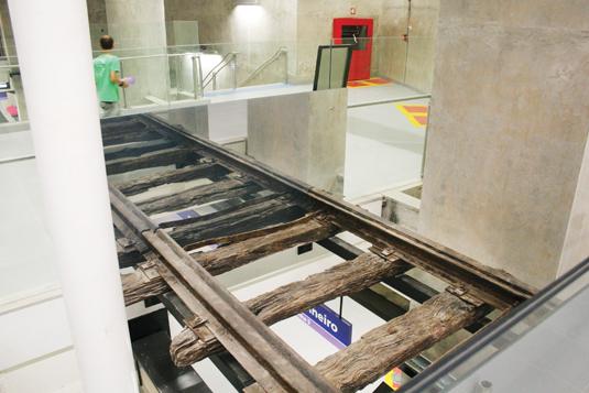"""Na Estação Adolfo Pinheiro, a grande atração do público é a """"Vitrine Arqueológica"""", que guarda os antigos trilhos do antigo bonde da linha Santo Amaro. Foto: Metrô / Divulgação."""